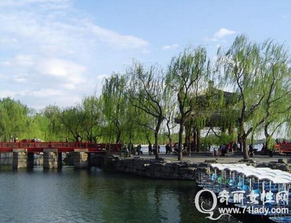 颐和园旅游攻略,颐和园是世界上现存规模最大的皇家园林,距北京市区15公里,占地面积290公顷,来到北京必游颐和园,下面奇丽小编就为大家介绍一些颐和园旅游攻略,让你不枉此行.  颐和园 颐和园旅游攻略 颐和园是世界上现存规模最大的皇家园林,距北京市区15公里,占地面积290公顷。一方面,它是当之无愧的中国园林典范,是南方园林和大气的皇家园林的完美结合;一方面,它又高度浓缩了中国近代史。行走园区,你可以从深处入,觅历史芳踪,也可以从浅处入,看刹那芳华。 颐和园分为仁寿殿乐寿堂昆明湖三部分。仁寿殿初建于1750